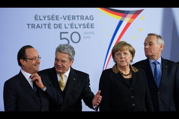 De gauche à droite, François Hollande, le président allemand Joachim Gauck, Angela Merkel et Jean-Marc Ayrault pendant les cérémonies de célébration du 50e anniversaire du traité de l'Elysée.