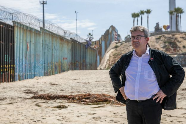 Le 23 juillet, dans les faubourgs de Tijuana, au Mexique, devant le mur de séparation avec les Etats-Unis.