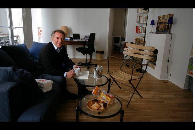 Petit déjeuner parisien. Le 1er mai, dans son deux-pièces du VIIe arrondissement, le Béarnais dédicace son dernier brûlot avant de s'envoler pour trois jours à la Guadeloupe et à la Martinique, où il va soutenir les candidats du MoDem.