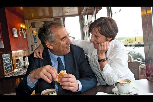 Dimanche 22 avril. Après le vote, François Bayrou et son épouse Babeth prennent un petit déjeuner à Pau.
