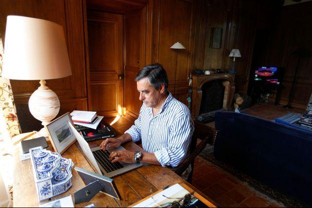 Dans son bureau, le 23 août, François Fillon, qui aurait voulu être ingénieur, termine l'écriture d'un essai politique.