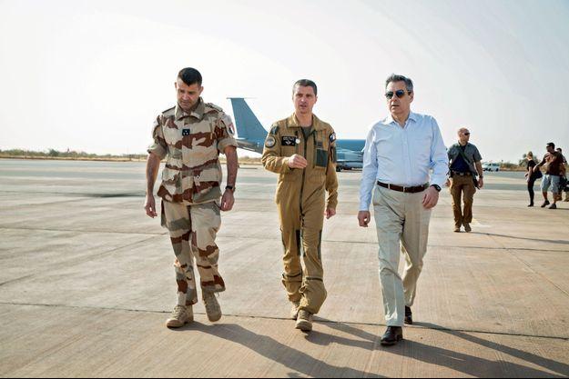 François Fillon avec le général François-Xavier de Woillemont, commandant de la force Barkhane, et le colonel Guillaume Thomas, chef du détachement aérien, à Niamey, le 19 décembre 2016.
