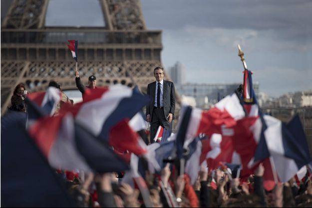 Dimanche 5 mars. Une éclaircie dans un ciel de giboulées. La marée bleu, blanc, rouge envahit la place du Trocadéro.