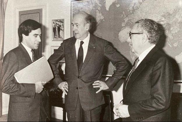 Ici, François Fillon, président de la commisssion de la Défense et Valéry Giscard d'Estaing, à la tête de celle des affaires étrangères, reçoivent Henry Kissinger.