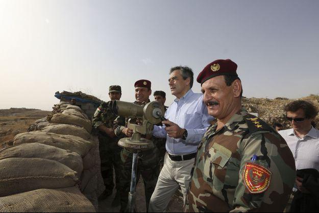 """François Fillon avec des peshmergas sur la ligne de front au niveau du mont Zertik, à 20 km de Mossoul, """"capitale"""" de Daech en Irak, samedi 4 juin."""