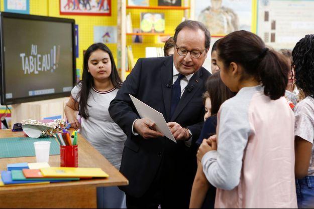 François Hollande avec les écoliers de l'émission de C8.