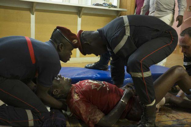 Les prmeiers intervenanst français portant secours à un blessé.
