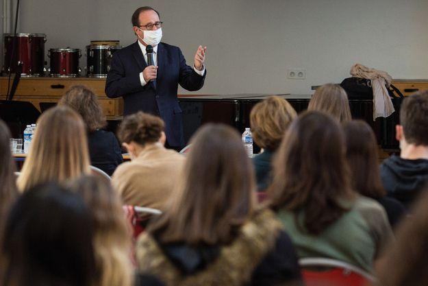 François Hollande présente son livre pour les jeunes, « Leur Etat », à des lycéens de Sceaux, le jeudi 12 novembre.