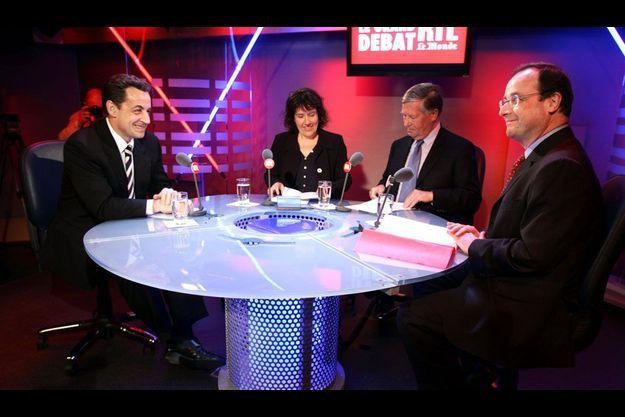 Nicolas Sarkozy et François Hollande en avril 2005, pour un débat sur la Constitution européenne.