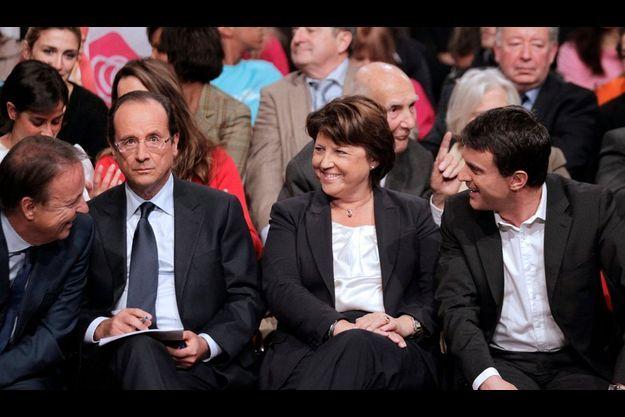 Le 22 octobre, à la convention d'investiture du PS, le président du Sénat, Jean-Pierre Bel, à gauche, plaisante avec Manuel Valls et Martine Aubry. François Hollande est concentré.