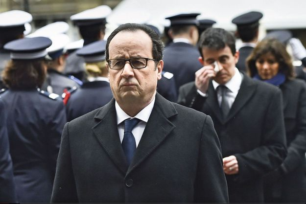 Mardi 13 janvier, dans la cour de la préfecture de police de Paris. Derrière François Hollande, Manuel Valls, bouleversé.