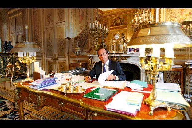 Samedi 25 août, 10 h 25, juste avant sa rencontre avec Antonis Samaras, le Premier ministre grec. Sur la cheminée derrière lui, une photo du soir de la victoire, à Tulle, et un modèle réduit de la DS du général de Gaulle.