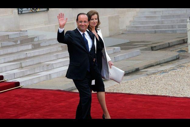 Le président François Hollande et sa compagne Valérie Trierweiler quittent l'Elysée après la passation de pouvoir.