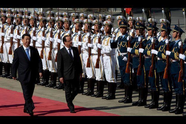 Jeudi 25 avril, le chef d'Etat français et son homologue, Xi Jinping, arrivent au Grand Palais du peuple, à Pékin.