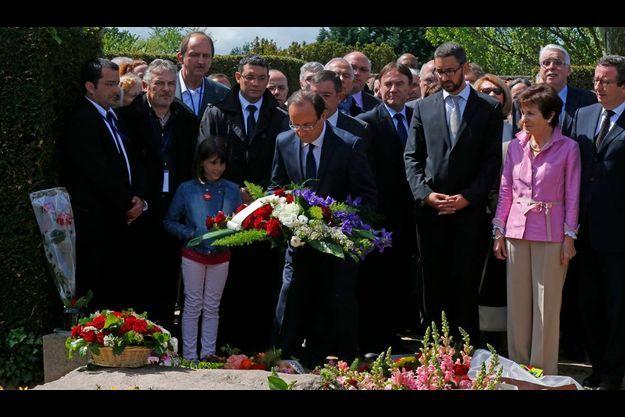 François Hollande a déposé une gerbe de fleurs sur la tombe de Pierre Bérégovoy, au cimetière de Nevers.