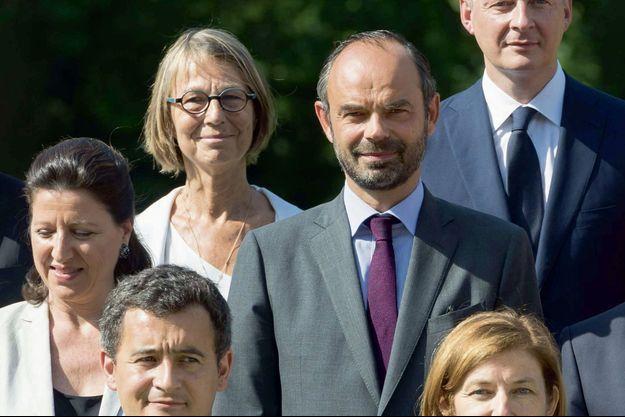 Françoise Nyssen et Edouard Philippe posent avec d'autres ministres et Emmanuel Macron, le 22 juin 2017.