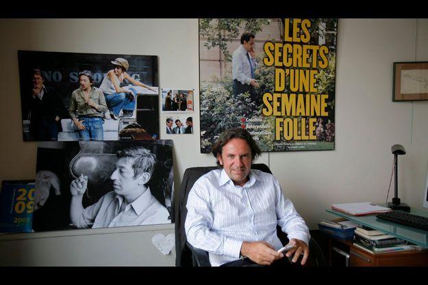 Dans son bureau à l'UMP le 30 juillet, entre photos de « Serge » et unes de « Nicolas ».