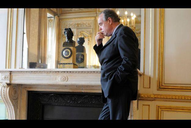 L'heure de servir la République. Samedi 27 juin, Frédéric Mitterrand nous reçoit dans son bureau de la Rue de Valois.