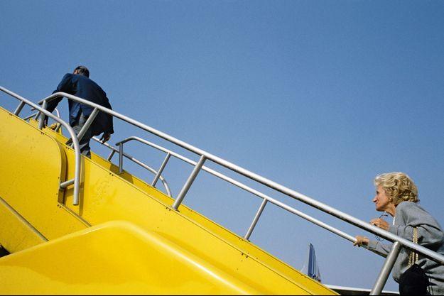 Tout un symbole : à Nouméa, le 18 septembre 1987, sur la passerelle du Concorde, la vaillante Bernadette emboîte le pas au dynamique Jacques.