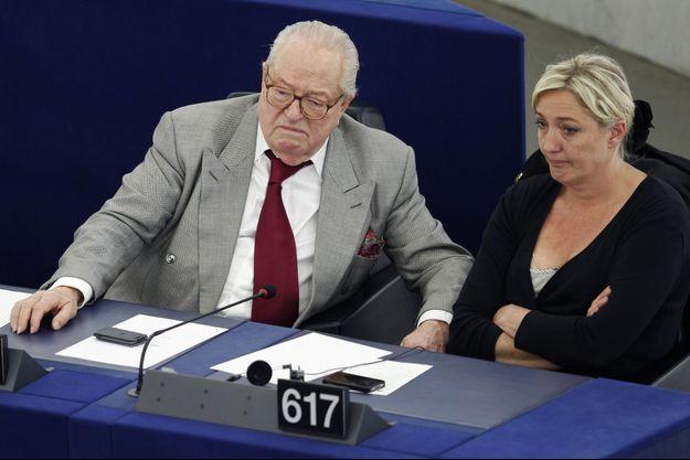 Jean-Marie Le Pen et sa fille Marine, en 2012.