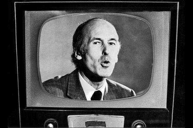En 1974, à la veille de son élection. La télé-couleur est encore un luxe.