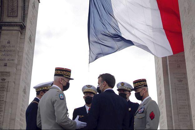 Emmanuel Macron s'entretient avec les chefs d'état-major des armées, au pied de l'Arc de Triomphe, le 8 mai.