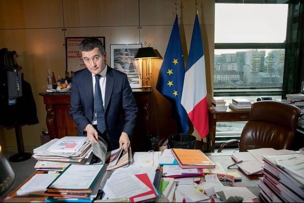 Bercy, le 16 décembre, à 15h30. Gérald Darmanin vient de terminer une réunion de cabinet dans son bureau. Derrière lui, l'affiche des vœux de 2016 aux habitants de Tourcoing : un cornet de frites.