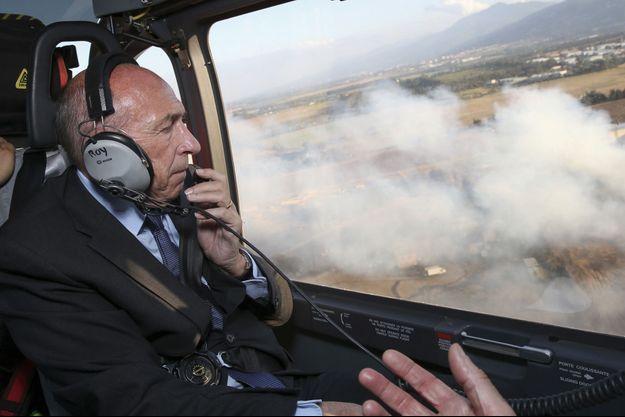 Le 25 juillet, Gérard Collomb se rend à Biguglia, en Haute-Corse, touché par un violent incendie.