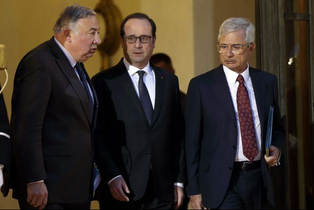 Le président du Sénat Gérard Larcher (g) et le président de l'Assemblée nationale Claude Bartolone (d) entourent le président de la République, François Hollande, après une rencontre au Palais de l'Élysée le 8 janvier, au lendemain de l'attaque terroriste contre Charlie Hebdo.