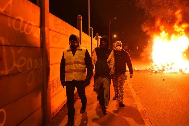 """Des """"gilets jaunes"""" ont incendié des barricades bloquant l'accès d'un dépôt pétrolier du Mans, lors de l'intervention des forces de l'ordre pour dégager le passage, tôt mercredi."""