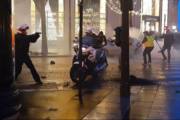 Capture d'écran extraite de la vidéo montrant la scène sur les Champs-Elysées, le 22 décembre 2018.