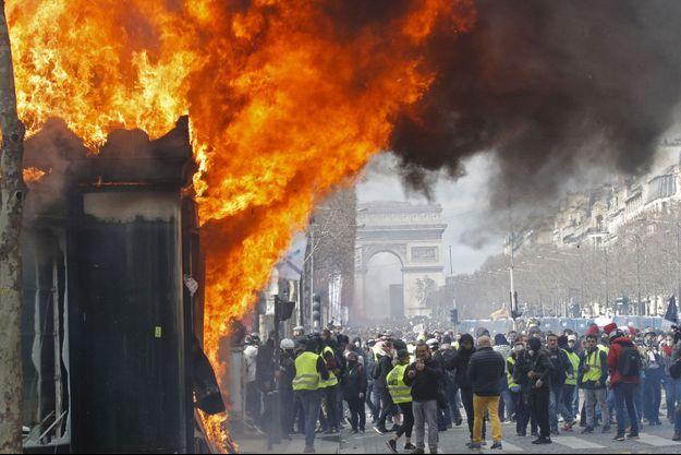 Les gilets jaunes samedi sur les Champs-Elysées.