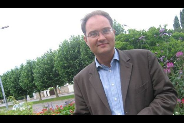 Secrétaire national à l'Industrie au PS, il est aussi élu local en Haute-Normandie.