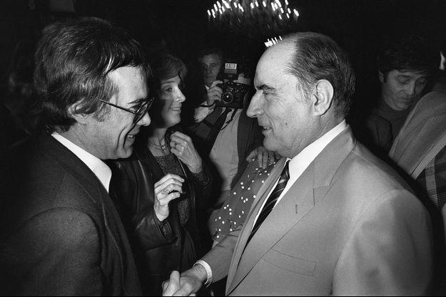 Guy Bedos et François Mitterrand le 14 mai 1981 à Paris, quatre jours après la victoire du socialiste à la présidentielle.
