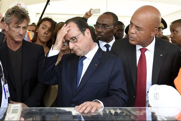 François Hollande à Haïti, entouré de l'acteur Sean Penn et du président Michel Martelly.