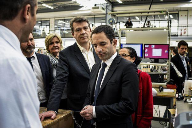 Benoît Hamon et Arnaud Montebourg vendredi à l'entreprise BSE Électronic du Creusot en Saône-et-Loire.
