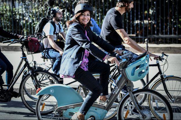Anne Hidalgo faisant du vélo dans Paris en septembre dernier.
