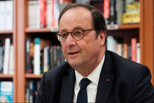 François Hollande en dédicace à Alençon, le 28 juin.