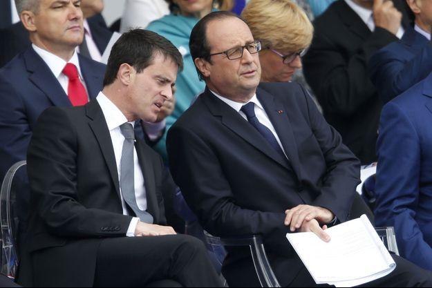 Manuel Valls et François Hollande, lundi, dans la tribune du défilé du 14-Juillet, place de la Concorde.