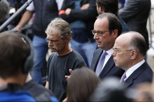 François Hollande entouré du maire de Saint-Etienne-du-Vouvray, Hubert Wulfranc, et du ministre de l'Intérieur, Bernard Cazeneuve, mardi.