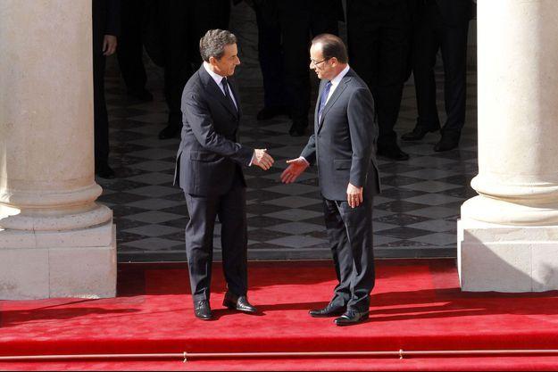 Nicolas Sarkozy et François Hollande le 15 mai 2012, sur le perron de l'Elysée.