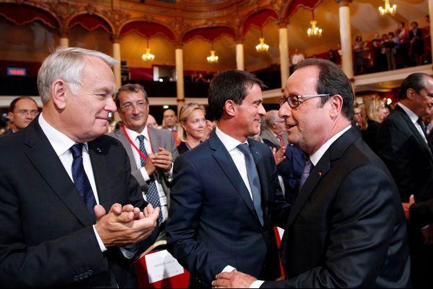 François Hollande avec Jean-Marc Ayrault et Manuel Valls, jeudi, salle Wagram.