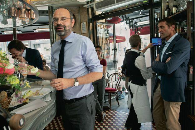 Au Varenne, à deux pas de son bureau, où il aime parfois déjeuner. Vendredi 28 juin. Pour Edouard Philippe, rester connecté avec ses semblables, c'est s'efforcer de continuer à vivre comme eux.