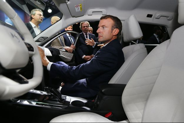 Emmanuel Macron à bord d'une DS, mercredi au Mondial de l'auto.