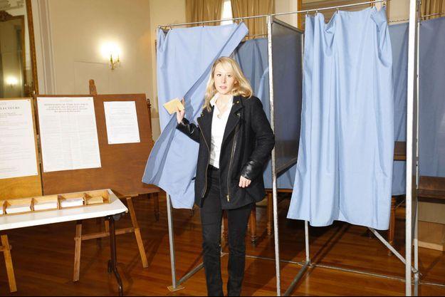 A 10 heures, dimanche, Marion Maréchal-Le Pen vote à la mairie de Carpentras. Son département, le Vaucluse, a voté massivement pour le FN.