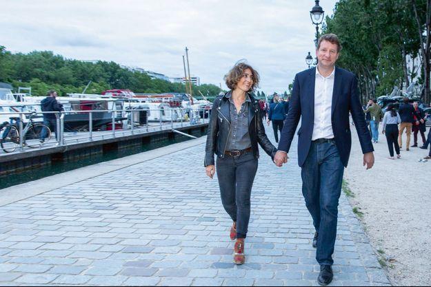 Dimanche 26 mai, 21 h 30, Yannick Jadot, troisième homme des européennes, et Isabelle Saporta posent ensemble quai de Seine, à Paris,