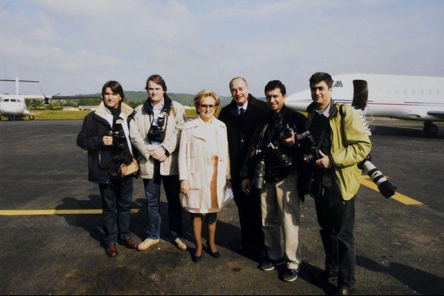 Le 5 mai 2002, Bernadette et Jacques Chirac viennent de voter à Sarran pour le second tour de la présidentielle. Autour d'eux, les photographes accrédités pour l'occasion (de g. à dr.) : Patrick Kovarik (AFP), Ludovic Marin (Rea), Eric Hadj (Sipa) et Philippe Wojazer (Reuters).