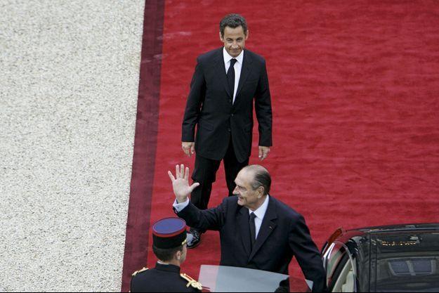 La passation de pouvoir, le 16 mai 2007. Comme l'avait fait Chirac avec Mitterrand, Nicolas Sarkozy raccompagne le président à sa voiture.