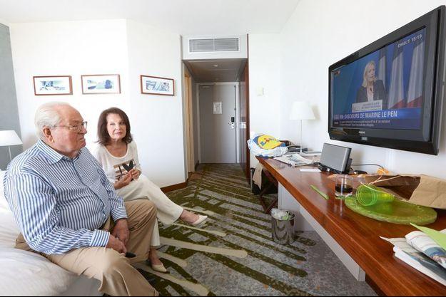 Le 6 septembre, à Marseille. Depuis leur chambre d'hôtel, Jean-Marie et Jany assistent en direct au discours de Marine Le Pen à l'occasion de la clôture de l'université d'été du FN.