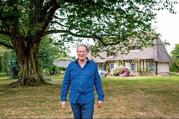 Jean-Christophe Cambadélis devant la maison où il a écrit son dernier livre, en Normandie.